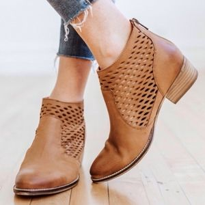 Seychelles Waypoint Perforated Leather Bootie Sz 9